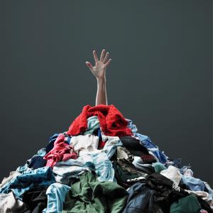 beaucoup trop de vêtements non utilisés qui pourrait encore servir